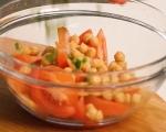 Салата с пържени чушки, домати и нахут 6