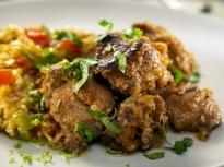 Задушен свински врат с ориз и зеленчуци