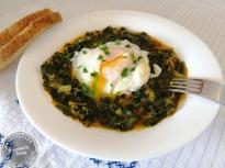 Спанак яхния със забулено яйце