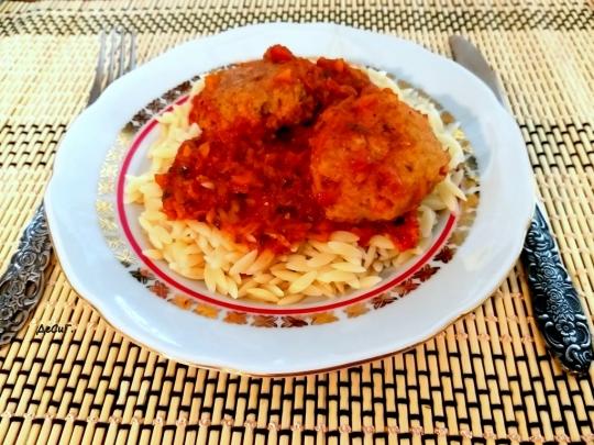 Орзо с пилешки кюфтета и доматен сос