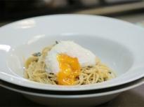 Спагети със спанак и поширано яйце
