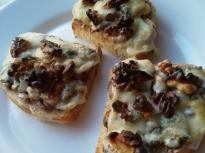 Брускети с гъби, синьо сирене и орехи