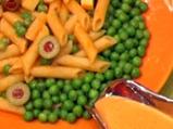 Макаронена салата с маслини и грах