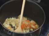 Доматена супа с тригуни от козе сирене и босилек