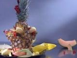 Плодова салата в кошница от ананас
