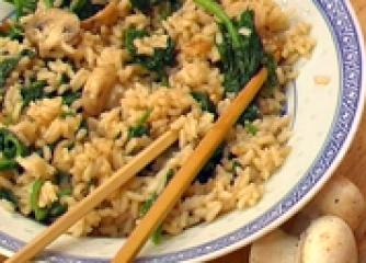 Кантонски пържен ориз със спанак и гъби