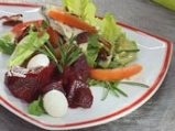 Пролетна салата с мариновано червено ...