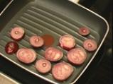 Спаначена салата с печен червен лук и сусамов винегрет