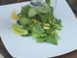 Пикантна салата от краставици с манго и сирене 4