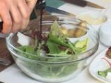Парченца говеждо върху канапе от пресни зеленчуци с аромат на розмарин 4