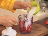 Карамелизирани кайсии със захаросани хрупки и ягодово сорбе