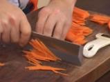 Китайски сарми върху салата от моркови с кориaндър