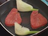 Червена риба тон с черен ориз и домати 3