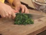 Зелена салата с коприва и доматени орехчета 4
