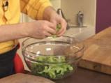 Зелена салата с коприва и доматени орехчета 6