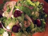 Зелена салата с червено цвекло и сирене