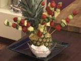 Плодови шишчета с ягодов дип 10