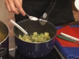 Поширана сьомга в зехтин със сос от краставици и спанак 3