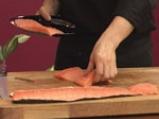 Поширана сьомга в зехтин със сос от краставици и спанак 4
