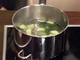 Поширана сьомга в зехтин със сос от краставици и спанак 6