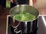 Поширана сьомга в зехтин със сос от краставици и спанак 9