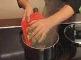 Салата от царевица и броколи в чашка от краставица