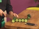Салата от царевица и броколи в чашка от краставица 2