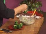 Салата от царевица и броколи в чашка от краставица 8