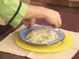 Спагети с орехов сос и сирене 7