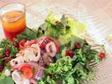 Зелена салата с мариновани калмари