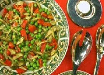 Грахова салата с кисели краставички