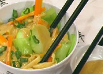 Сечуанска зеленчукова салата с фъстъч...