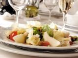 Салата с френско сирене, орехи, хрупк...