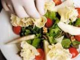 Салата с френско сирене, орехи, хрупкава маруля и малинов винегрет 4