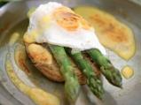 "Тост с аспержи, забулено яйце и сос ""..."
