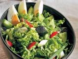 Великденска салата съв свежи марули