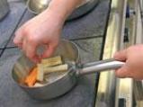 Патешки гърди върху чипс от ябълки и гъби и грозде в червен винен сос 4