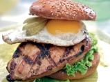 Бургер с мариновано пилешко филе, кра...