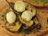 Сандвичи с мариновани зеленчуци, топчици от сирене и песто
