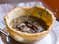 Супа от диви гъби в хрупкави купички