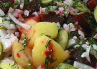 Картофена салата с червено цвекло