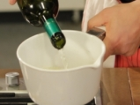 Печени във вино ябълки с млечен сос