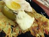 Забулени яйца върху картофени тиганиц...