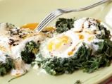 Яйца на фурна с рукола и чесново мляко