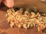 Копривена салата с кисело мляко и орехи 5