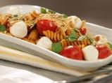 Салата от паста с чери домати и моцарела
