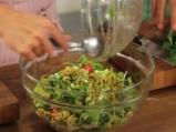 Салата от киноа със свежи зеленчуци 4