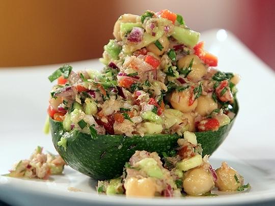 Салата с авокадо и риба тон