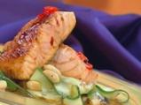 Сьомга с мед-чили глазура върху салат...