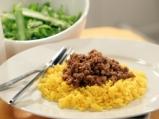 Кайма със зеленчуци върху жълт ориз